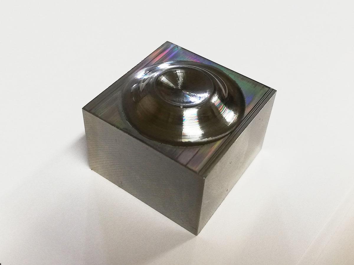ダイス鋼の鏡面加工(凸部)