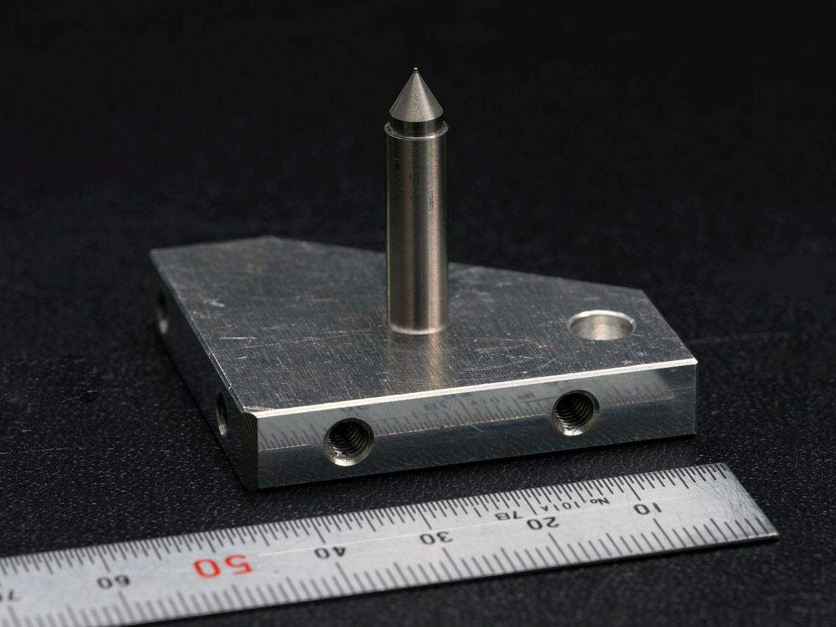 先端に0.1mmの微細穴加工を施した注入器